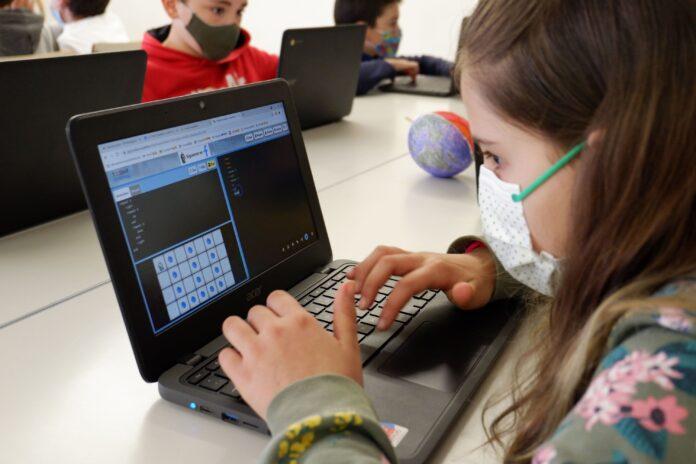 Foto de Alumna de un centro educativo trabajando con el método Txac